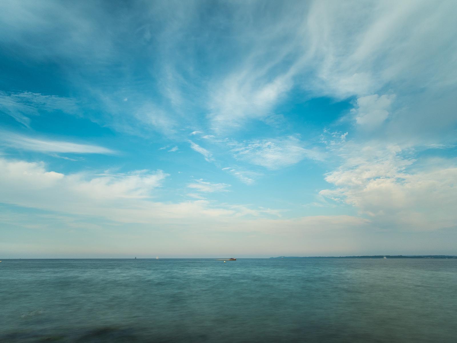 Fedrige Wolken über der Ostsee