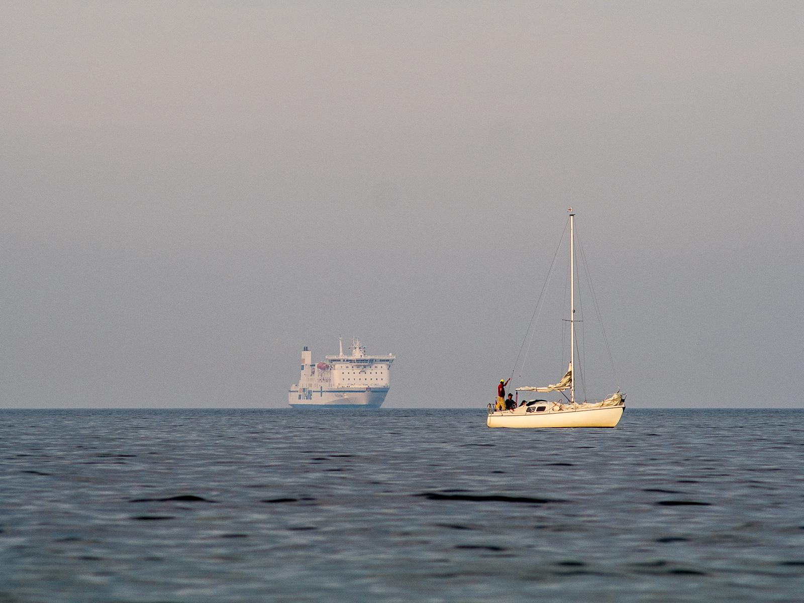 anderes Segelboot, eingeholte Segel, vor einlaufender Skandinavien-Fähre