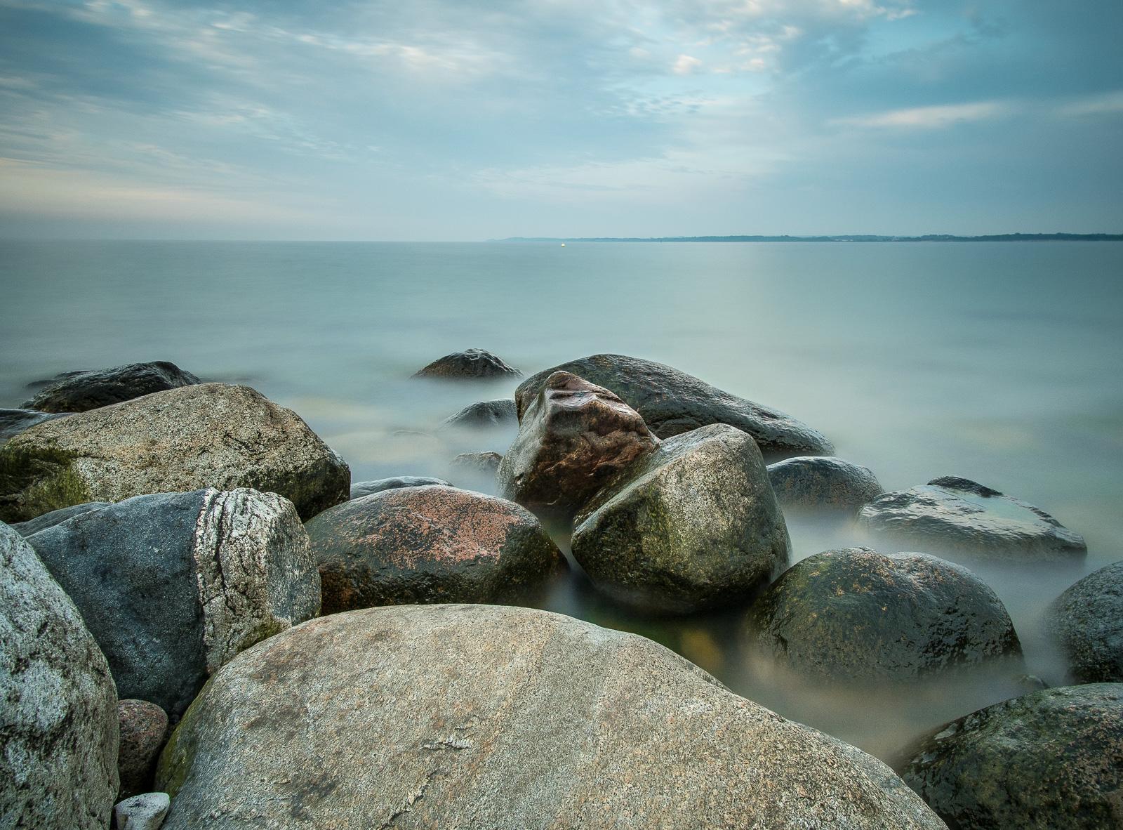 Brodtener Ufer, Steine, Wasser, abends mit langer Belichtungszeit und Weitwinkel