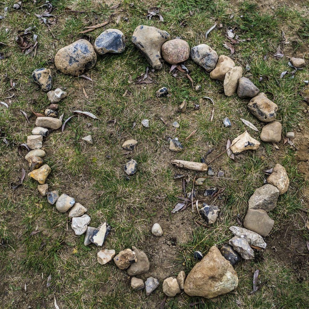Kleiner Steinkreis im Gras