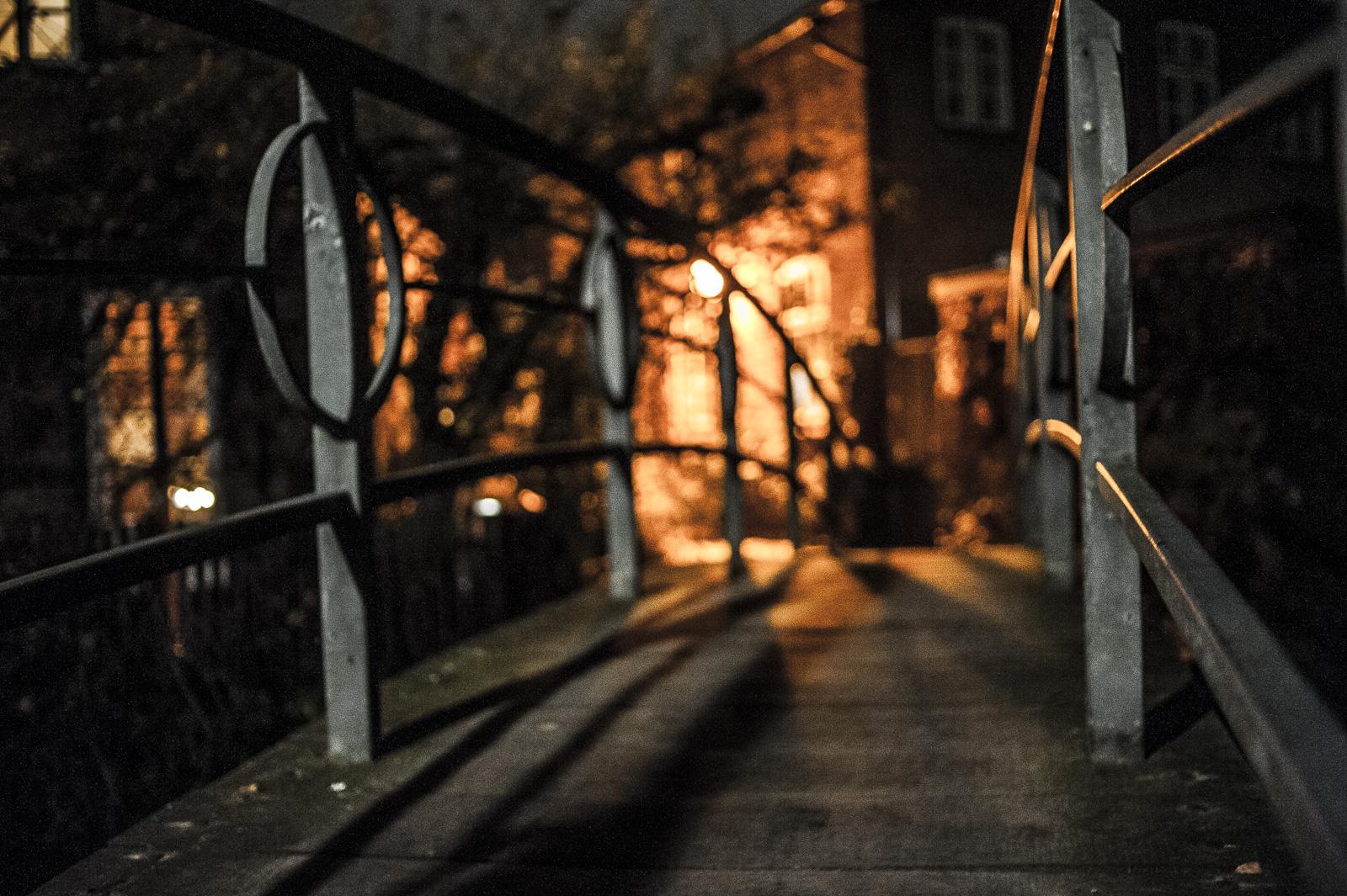 Blick über eine der Fußgänger-Brücken in der Bad Oldesloer Altstadt bei Nacht