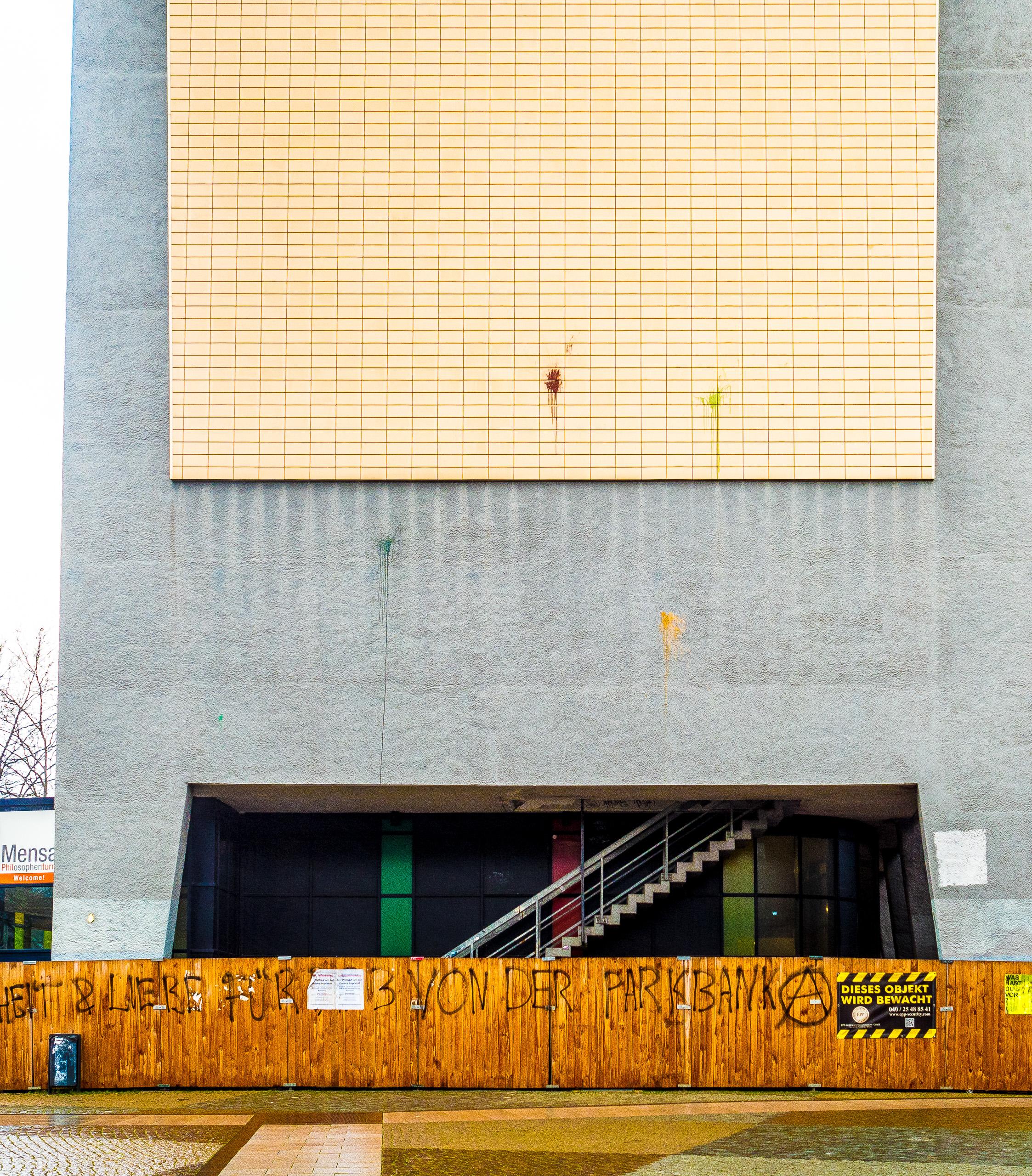 Fassade des Hamburger Philosophenturms mit Farbklecksereien, die zu architektonischen Details passen