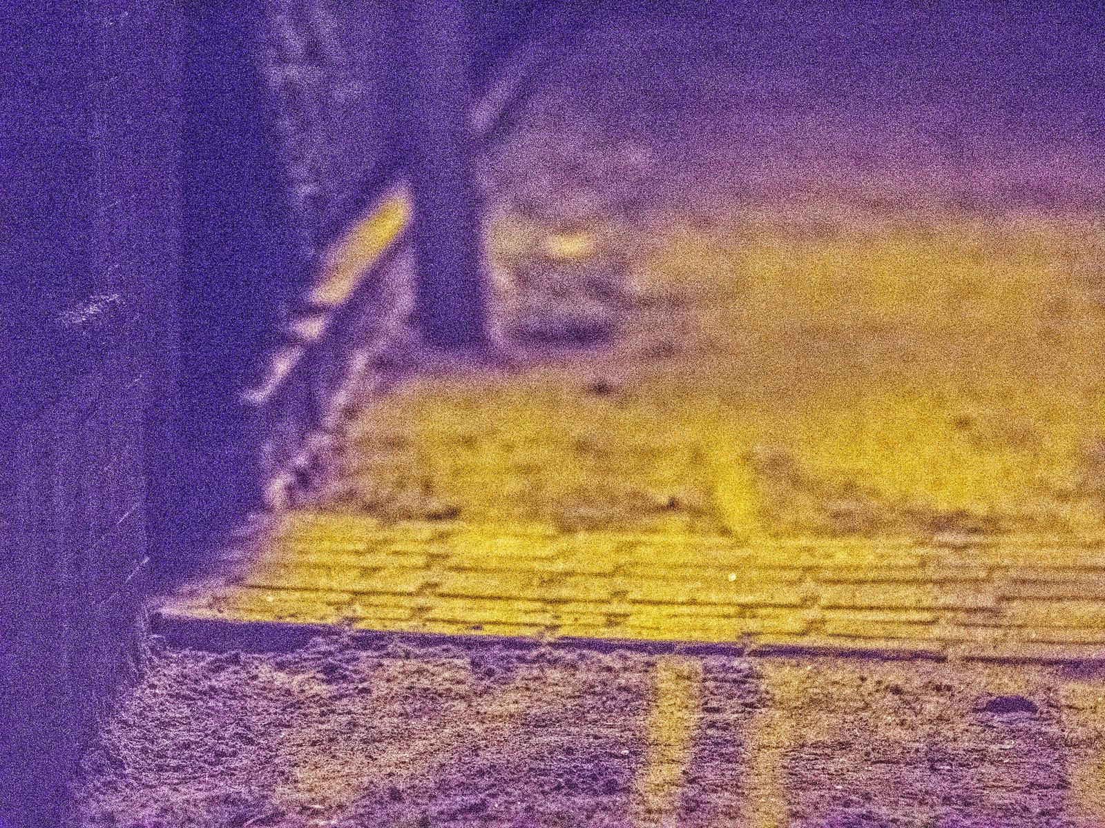unbefestigter Fußgängerweg unter Straßenlaterne, nachts
