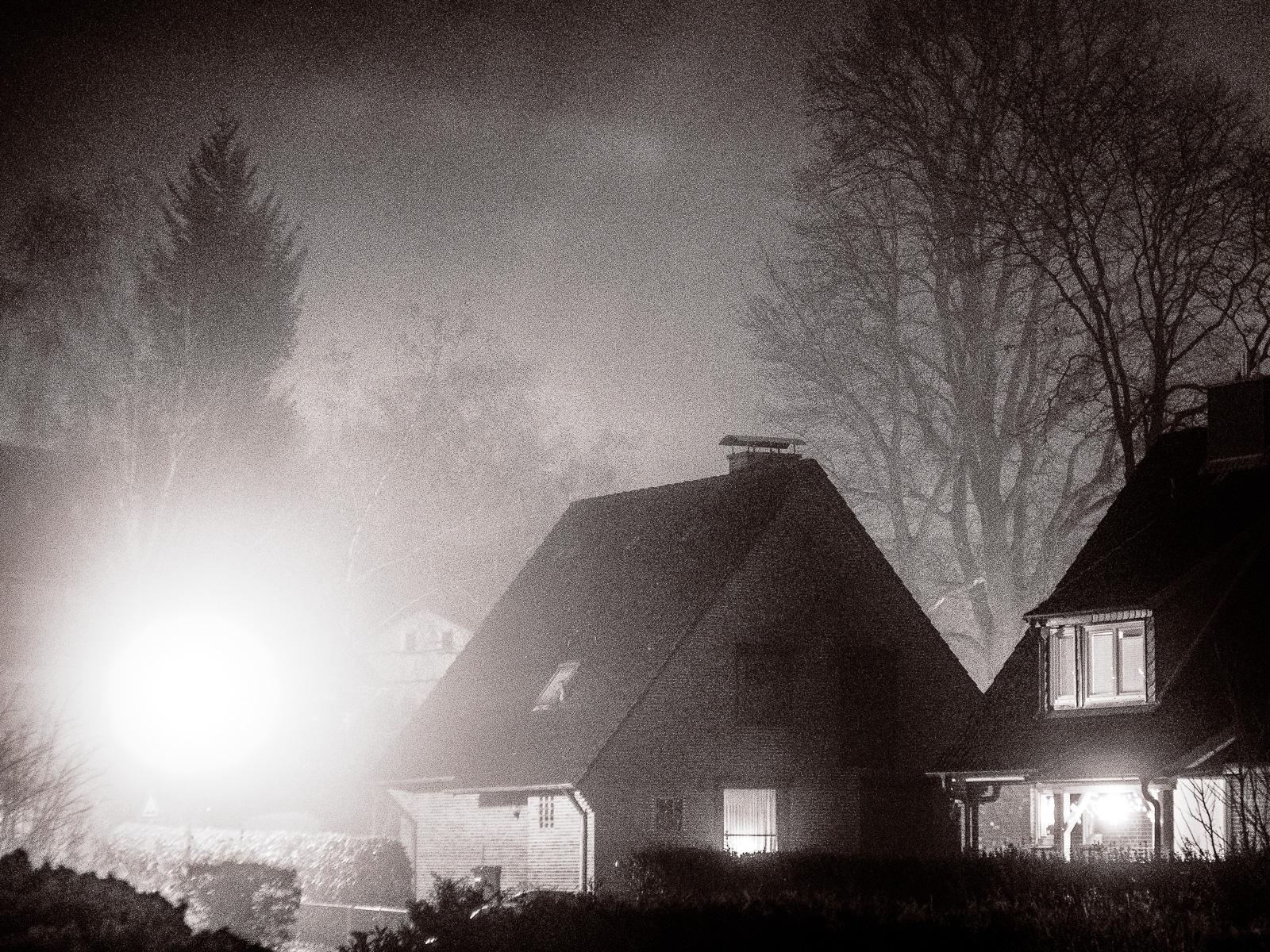 Nacht und Nebel, und eine völlig überstrahlte Laterne