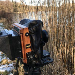 Holz-Reisekamera mit Spiegelsucher im Naturschutzgebiet im Einsatz