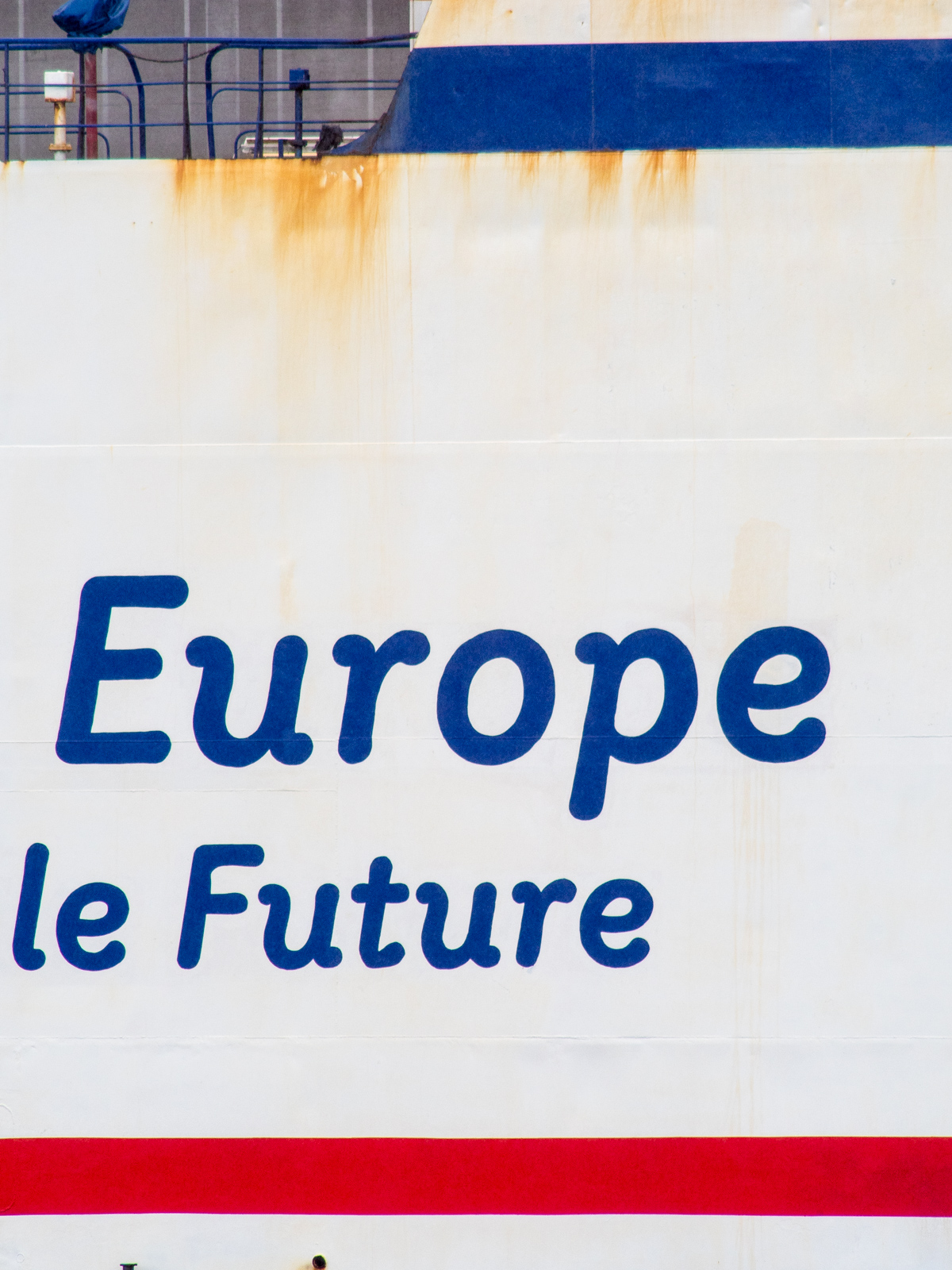"""Rostige Bordwand eines Containerfrachters, Aufschrift """"Europe"""" und """"Future"""""""