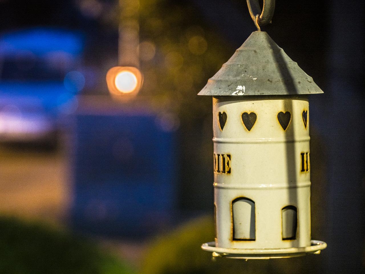 Vogelfutterhäuschen bei Nacht, Lichtkuller-Versuch mit einem adaptierten 4,5-10cm-Trioplan