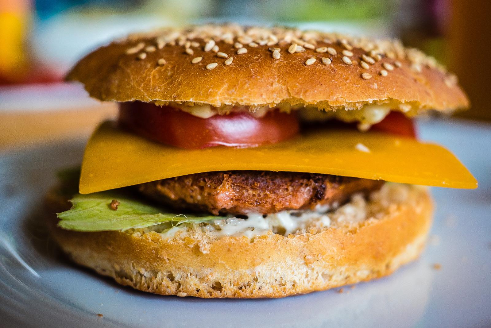 veganer Burger in selbst gebackenem Brötchen