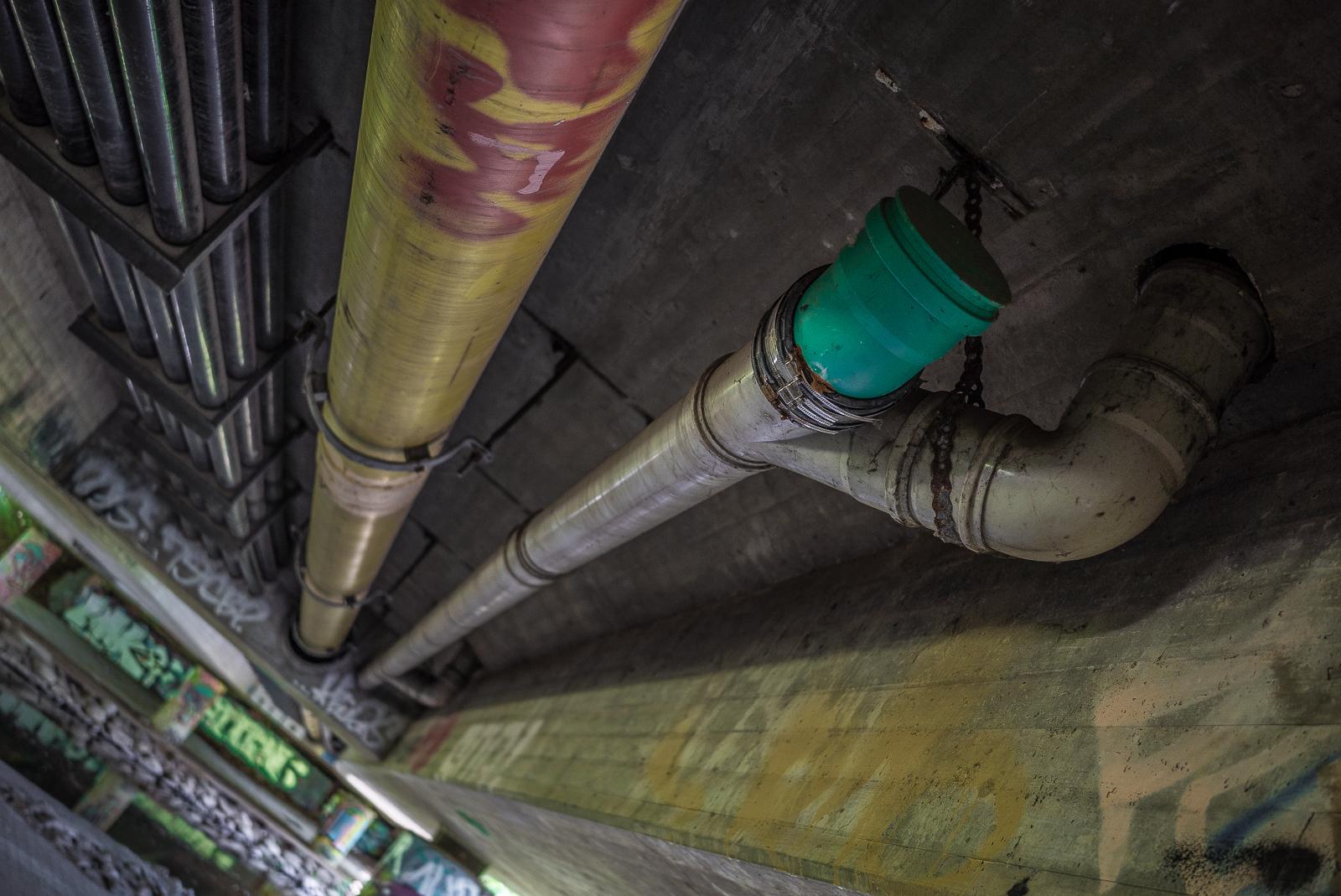Abwasserleitungen unter einer Bundesstraßen-Brücke